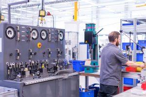 Blick auf den Kettenspanner-Prüfstand in der bilstein group Engineering