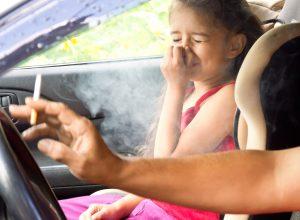Rauchen im Auto mit Kindern