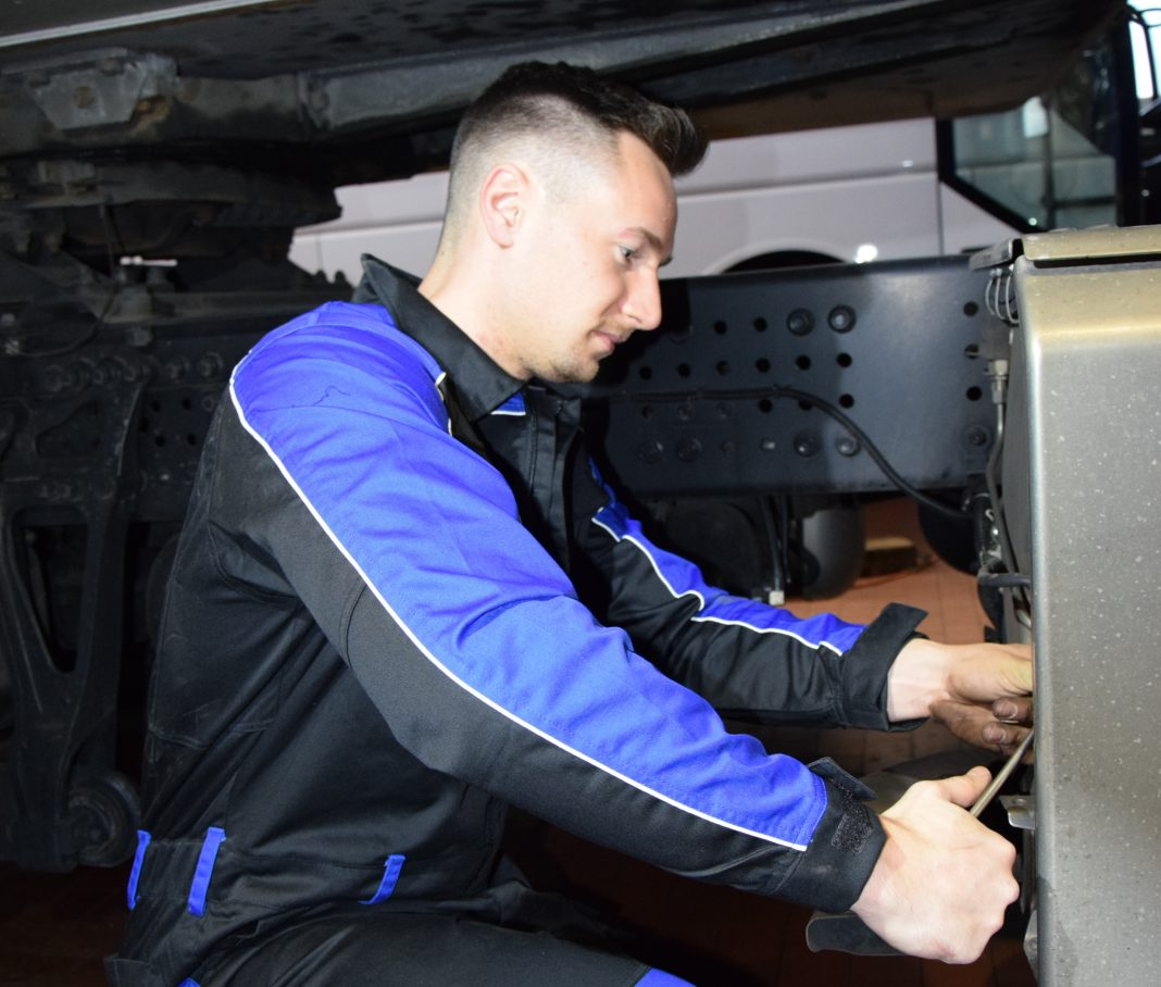 febi Mitarbeiter Lucas Saretzki während seines Werkstattpraktikums.