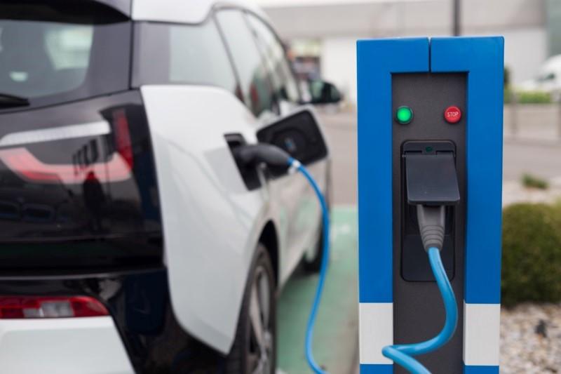 E-Auto an der Stromtankstelle