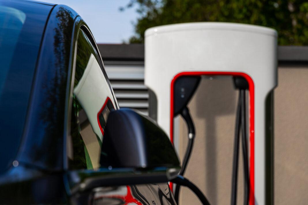 Ein Bild mit Zukunft? Auto an der Tesla-Ladestation.