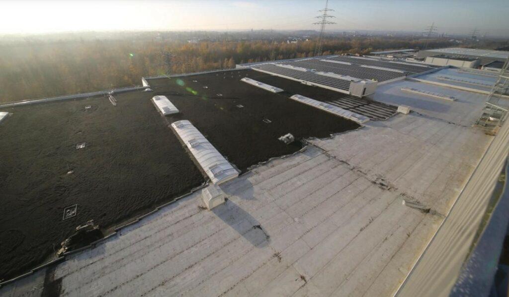 Auf dieser Fläche entsteht aktuell die Dachbegrünung.