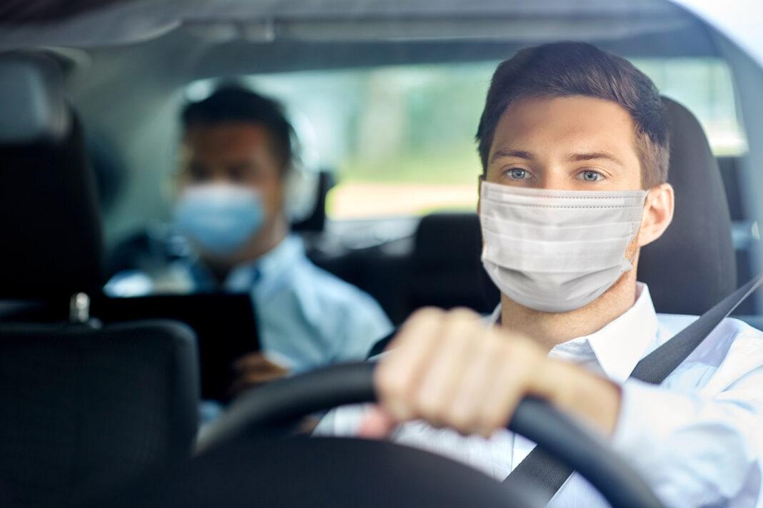 Autofahrer mit OP-Maske