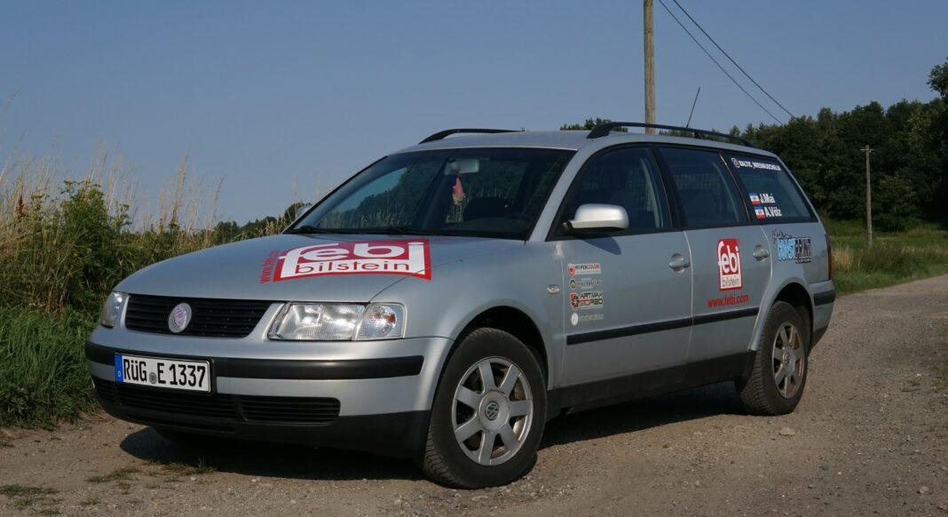 VW Passat, der auf einer Straße steht mit febi Logo